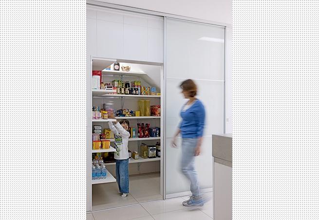 """A proprietária Priscila Andrade transformou este espaço, que antes era um modesto armarinho para guardar as vassouras, em uma confortável área para armazenar produtos não perecíveis, com prateleiras em """"L"""". A porta de vidro jateado confere privacidade ao lado de dentro sem comprometer a leveza do ambiente"""