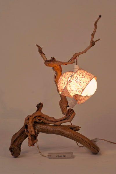 lampada da tavolo in legno e carta pregiata realizzata a mano