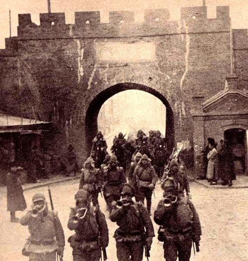 poundoflogic:    Japanese troops marching into Shenyang following the Manchurian (Mukden) Incident, 1931
