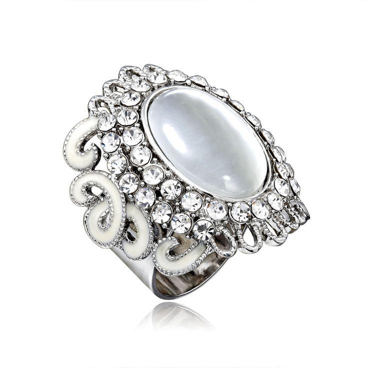 Exkluzívna ozdoba s názvom Opal v sebe skrýva luxus tohto minerálu, ktorý je považovaný za drahokam. Prstenec je krásny ako na obrázku. Ozdoba je rúrkovitého vzhľadu, aby bolo možné ľahké upnutie na šatku alebo šál.  Táto ozdoba na hodvábne šatky a šály je vyrobená z kvalitných materiálov (zliatín), ktoré sú následne pozlátené. Šatka so šperkom spraví z Vášho oblečenia ozdobu! Oživte svoj šatník vkusným luxusným doplnkom. www.malovany-hodvab.sk