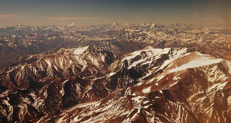 Estendendo-se por Equador, Chile, Colômbia, Peru, Argentina, Bolívia e Venezuela, a Cordilheira dos Andes é um dos pontos turísticos mais procurados pelos que viajam pela América do Sul. Seu ponto mais alto, o Aconcágua, possui aproximadamente 6960m de altitude.