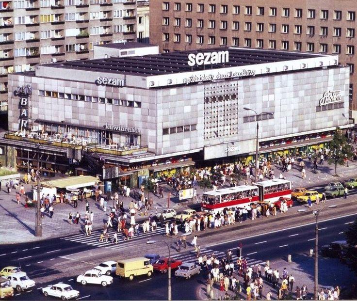 """Spółdzielczy Dom Handlowy """"Sezam"""" znajdujący się w latach 1969–2014 przy ul. Marszałkowskiej 126/134 w Warszawie. Obecnie budynek jest rozebrany, a na jego miejscu powstaje biurowiec Centrum Marszałkowska."""