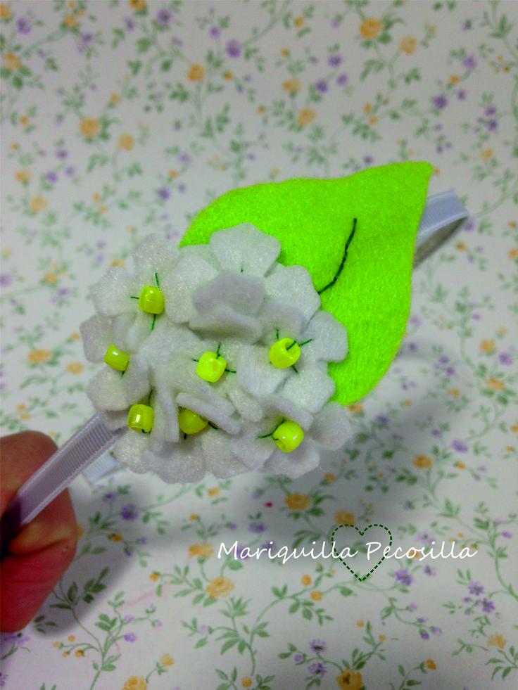 Diadema Hortensia blanca en fieltro.