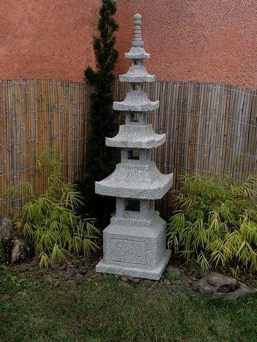 Lanterna para Jardim Japonês. Pedra Sabão.  O Pagoda ou Pagode, é um modelo arquitetônico amplamente usado no Japão e China antigos, na construção de templos e também para esculturas de pedra e ferro para jardins. Representa os níveis de crescimento necessários para atingir a perfeição.        É entalhado em Rocha esteatita Dura, com receptáculo elétrico embutido.