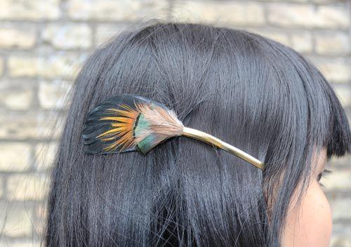 Hårklips med påfuglefjer