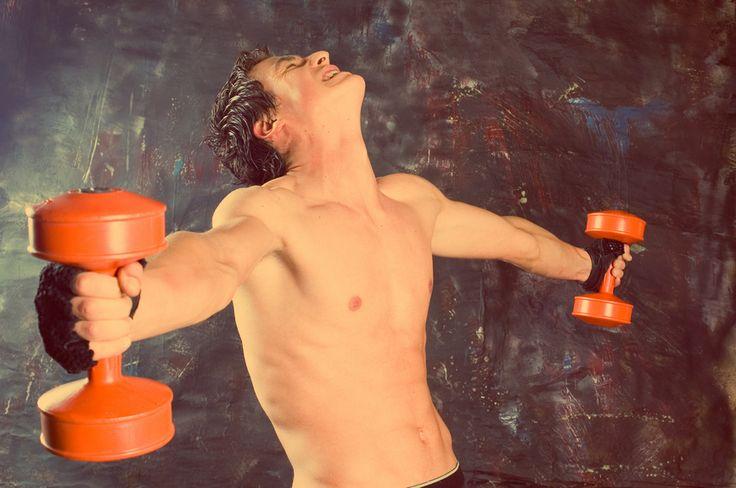 Травмы в спорте. Поддержка связок и мышц руки  Если бегуны жалуются на травмы ног, то пауэрлифтёры, теннисисты, волейболисты и борцы страдают от травм локтей, плеча и запястья.  #Mueller #professionalsport #профессиональныйспорт #интернетмагазин #спортивныетовары #спорт #sport #running #run #бег #травма #растяжение #связки