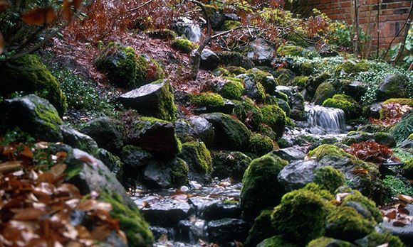 Build an inexpensive stream (© Hughes Water Gardens)