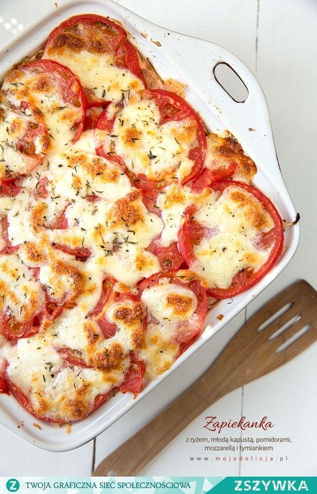 Zobacz zdjęcie Zapiekanka z ryżem, młodą kapustą, pysznymi gruntowymi pomidorami z mozzarellą i tymiankiem. Wegetariański obiad, ale smakuje również mięsożercom :) Świetnie się sprawdzi jako danie dla całej rodziny, w tym dla naszych dzieci. Danie bez glutenu. // Rice casserole with young cabbage, tomatoes with mozzarella and thyme. Gluten free. w pełnej rozdzielczości