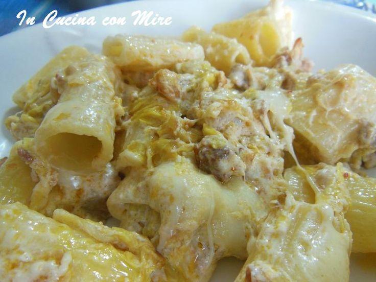 Facili e veloci le mezze maniche con verza al forno, è un piatto completo molto gustoso, può essere servito come piatto unico.