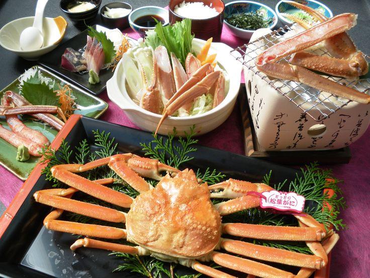「地物 松葉がにフルコース」 鳥取産松葉がにの「かにすき」、「かに刺身」、「焼きガニ」に「浜茹で松葉がに」がつきます。最後は「かに雑炊」でどうぞ!!