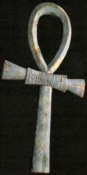 Ankh (Croix de Vie, en Egypte Antique)  Le Sceptre Ouas est un bâton formé d'une longue tige terminée au sommet par une tête d'oiseau (ou de chien) et en bas par une fourche à deux dents ressemblant à des racines car il avait le pouvoir de faire communiquer le Monde du haut (le Céleste, le Divin, le Soleil) Avec le Monde du bas (le Terrestre). Reliant les deux Mondes, le Sceptre Ouas donnait, au Pharaon, la Puissance et le Pouvoir donc la Prospérité. Le Sceptre Ouas est indissociable de la…