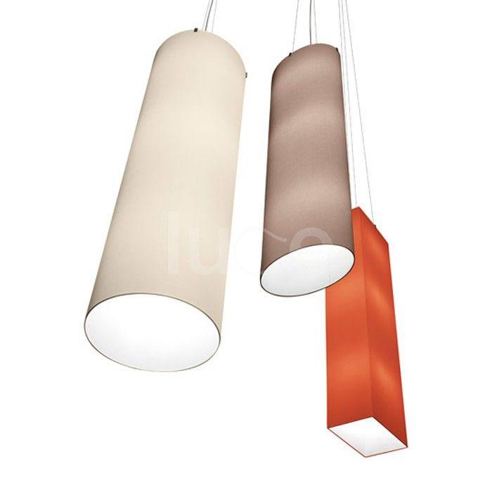 Minnie è una lampada a sospensione con diffusore in tessuto di cotone, poliestere e struttura in nichel satinato. Cablaggio elettrico a soffitto o a terra.