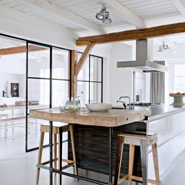Cuisine avec poutre apparente et table en bois (Source Marie Claire Maison)