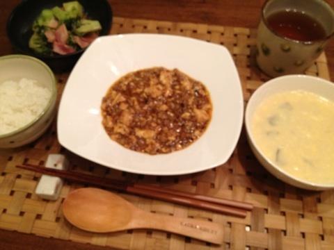 ゆうこりんのコーンスープのレシピ    材料  トウモロコシ 二本  玉ねぎ3分の1  牛乳200cc  バター大さじ1    1、トウモロコシを皮付きのままレンジで二分チンします。    2、身を包丁で削ります。    3、鍋に玉ねぎとバターと塩一つまみをよく炒めます。    4、トウモロコシの身とトウモロコシの芯までいれてらひたひたのお水で煮ます。芯まで一緒煮ると、甘いですよ。    5、芯以外を、ミキサーにかけます。    6、お鍋にミキサーにかけたトウモロコシと牛乳を入れて、お塩で味を調整したら出来上がりです。 第二弾 まず、繊維に逆らってスライスした玉ねぎをフライパンでバターとお塩でじっくり炒めます。(弱火で、じっくり玉ねぎの甘い香りが出るまでがポイントです)    包丁で切り落としたとうもろこしの実、残った芯、お水を加えて煮ます。    くたっとなるまで煮たら、芯を取り出してミキサーにかけます。   調整豆乳(牛乳)を加えて、塩で味を整えたら出来上がりです    私は、濃厚にしたいのでお水は少なめにしています