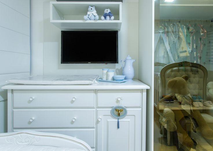 Um quarto de bebê clean e delicado, projetado para receber um menino. Decoração suave, com ursos de pelúcia e um lúdico papel de parede com balões. Esse é um dos mais recentes projetos de quarto de bebê entregues da arquiteta Rafaella Guimarães. O quarto fica em Maceió, capital alagoana, e inspira graciosidade.