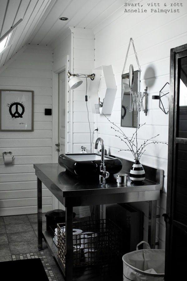 badrumsmöbel, 2014, inredning i badrummet, svart och vitt, svartvita detaljer, poster, peace, artprint, artprints, konsttryck, tavla, tavlor, korg, trären korg, metallkorg, detaljer i badrum, toalett, toaletter, house doctor tvättpåse, tvättkorg, randig vas, industriellt badrum, industribadrum, industristil, stilrent, renoverat, svart tvättfat, hafa, blandare, marimekko matta, svart matta, badrumsmatta från marimekko, house doctor papperskorg