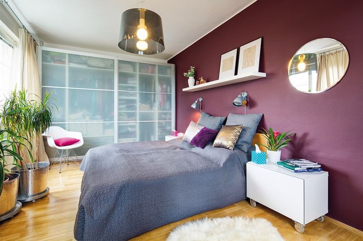 Ložnice: podlaha – dubové parkety, šatní skříně, postel, police (vše IKEA), lustr Pedrali, židle imitace Vitra design Eames