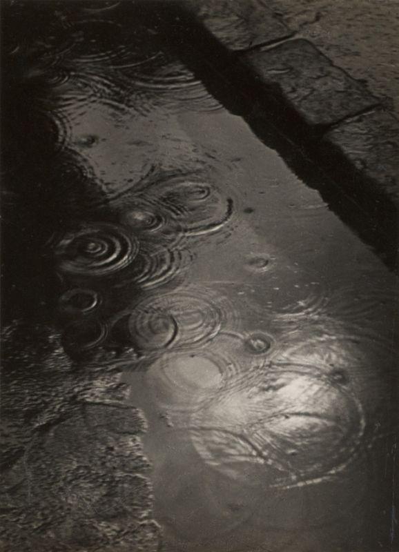 Kinszki Imre (1901-1945): Esőcseppek a pocsolyában, 1933