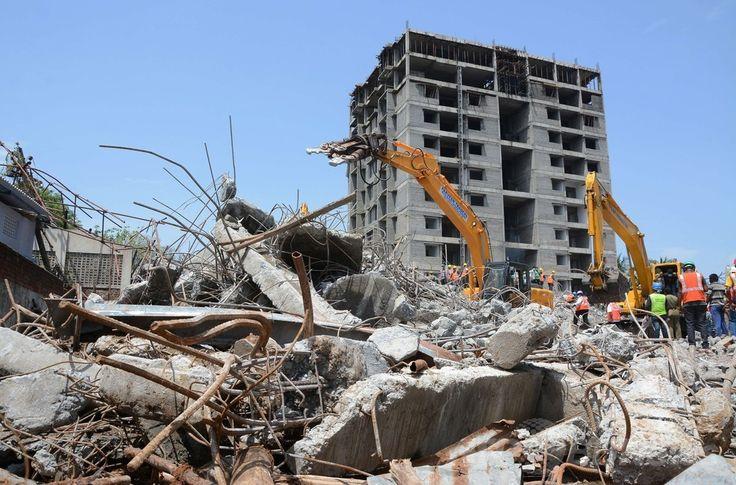 インド南部チェンナイ(Chennai)近郊の建設中の11階建て住宅ビル崩壊事故現場で、重機でがれきを除去する救援隊員ら(2014年6月30日撮影)。(c)AFP ▼1Jul2014AFP|チェンナイのビル崩壊、死者20人に 欠陥工事が原因か インド http://www.afpbb.com/articles/-/3019296