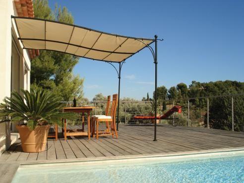 Tonnelle de terrasse, modèle LUBERON  Donnez du cachet à votre terrasse avec cette tonnelle au style classique qui vous permet de profiter de votre espace extérieur pour des repas ou des après-midi détente à l'abri du soleil. Idée sol terrasse avec piscine.