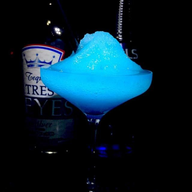 フローズン・ブルー・マルガリータ  フローズン・マルガリータのコアントロー(ホワイトキュラソー)をブルーキュラソーに変えてきれいなブルーをつくってジュースはライムからレモンに変えて酸味をアップ  テキーラ30cc ブルーキュラソー15cc レモンジュース15cc ガムシロップ1tsp クラッシュドアイス1cup アルコール7度  夏のフローズンカクテルを今頃… - 84件のもぐもぐ - あつし's BAR No.122フローズン・ブルー・マルガリータ by kedent17
