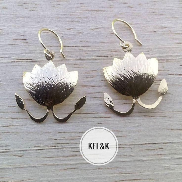 La flor de loto para los egipcios tuvo un significado muy importante: lo puro lo sagrado espiritualmente elevado.  Estos zarcillos están inspirados en el concepto de los egipcios para representar a esta importante flor.  Cortes estilizados elegantes brillantes glamorosos con el equilibrio y prestancia de las delicadas flores de loto.  Feliz sábado   #kelandklotusflower #lotusflower #flordeloto #earring #zarcillos  #yogajewelry #yoga #jewelry #chic #jewelleryaddict #jewelrygram #fashion…