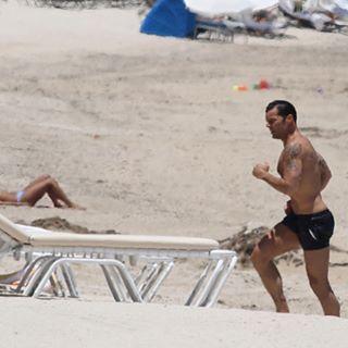 Вам станет жарко: Рики Мартин занимается спортом на одном из майамских пляжей  Знаменитого певца сфотографировали во время отдыха на тихоокеанском побережье. В перерыве между съемками фильма «Американская история преступлений: Версаче» Рики Мартин решил сделать небольшой перерыв и отправился восстанавливать силы на тихоокеанское побережье.  Папарацци сфотографировали певца и актера во время пробежки по пляжу в Майами. Знаменитый красавчик демонстрировал загорелое тело, плавал в океане и…