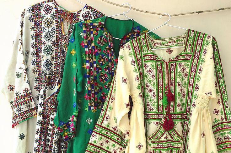 いろんなデザインがあって見ているだけでも楽しい 着ている人もそれを見る人も感性を擽られる服 . . #sweedeeworld #dress #cultureclothing #fashion #balochistan #balochidress #vintage #antique #embroidery #handmade #mirrorwork #forklore #boho #ワンピース #ビンテージドレス #古着 #古着女子 #刺繍 #手仕事 #ハンドメイド #民族衣装 #フォークロア #ミラーワーク #ファッション #キッチュ #カラフル