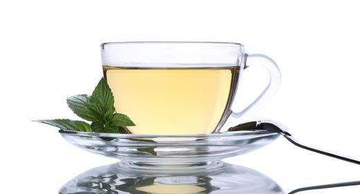 O chá de manjericão é bom para combater tosses e auxilia quem está amamentando, pois pode aumentar a produção do leite:  - Coloque em uma panela 1 xícara (chá) de água com 10 folhas de manjericão;  - Deixe abafar por aproximadamente 10 minutos;  - Coe e sirva.  Tome de 2 a 3 xícaras do chá diariamente. Pode ser ingerido quente ou frio.