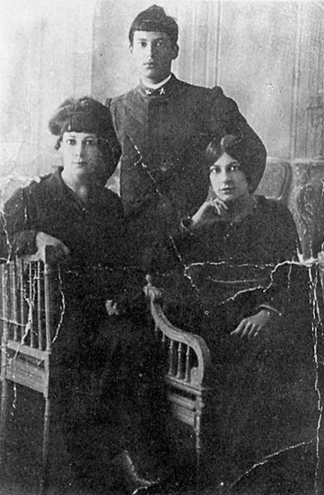 Osvaldo Licini with his mother and sister