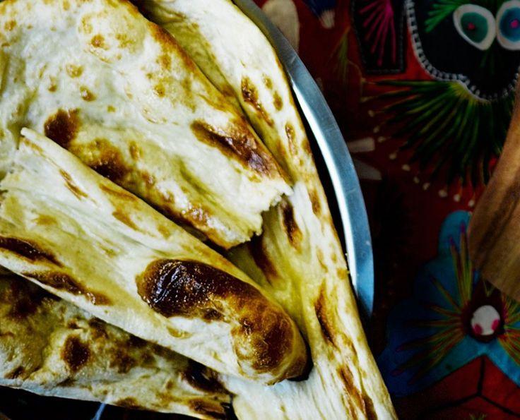 Uunituore intialainen leipä maistuu mausteisen ruuan seurana.