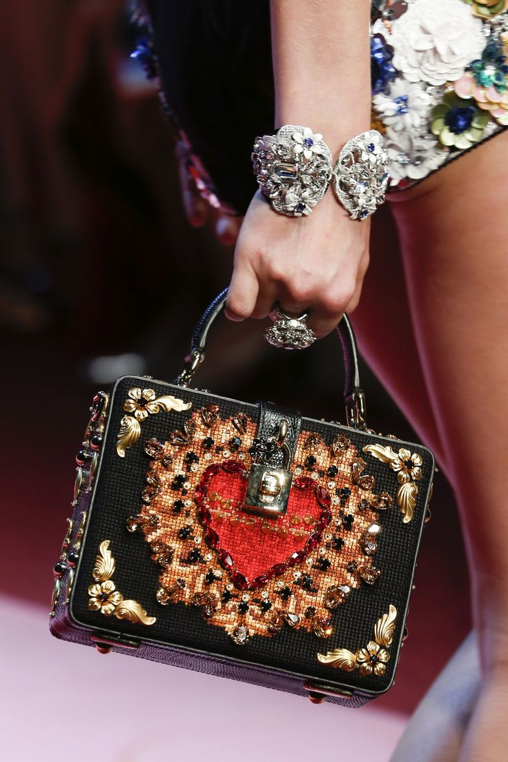 Queen of hearts with this embellished bag by Dolce & Gabbana from their SS18 Show #heartit...x