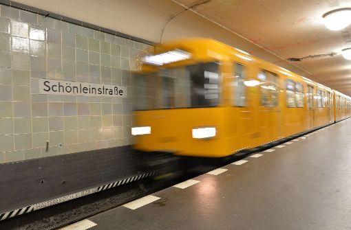 Auf der Flucht vor der Polizei hat ein Autofahrer in Berlin seinen rollenden Wagen die Treppe zu einer U-Bahnstation hinabfahren lassen. Foto: dpa