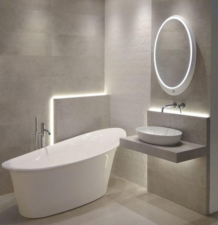 Efekt uzyskany dzięki zestawieniu delikatnego odcienia z bardziej nasyconym podkreśla wykorzystanie odpowiedniego oświetlenia. #tiles #mirror #cream #ecru #design #pinterest #bathroom