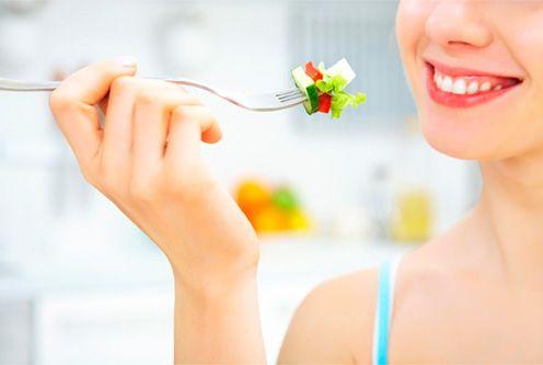 La función de las enzimas en el proceso digestivo. El proceso que regula nuestra alimentación no depende de uno o dos factores, los dos que todos consideramos como primordiales, como son la calidad de los alimentos que tomamos y la variedad a la vez que el equilibrio en nuestra dieta. Es evidente que estos