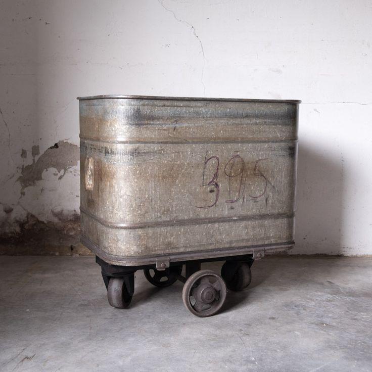 Stoere metalen trolley bak. Doordat hij van metaal is, heeft deze trolley een gave industriële look. Hij is ook voor de fabrieks industrie gebruikt. Je kan er mooie planten inzetten of je dekens, kleden en kussens hierin opbergen. Wees creatief en deze geweldige bak wordt een echte eyecatcher! Afmeting: Lengte 81cm Breedte 54cm Hoogte 82,5cm