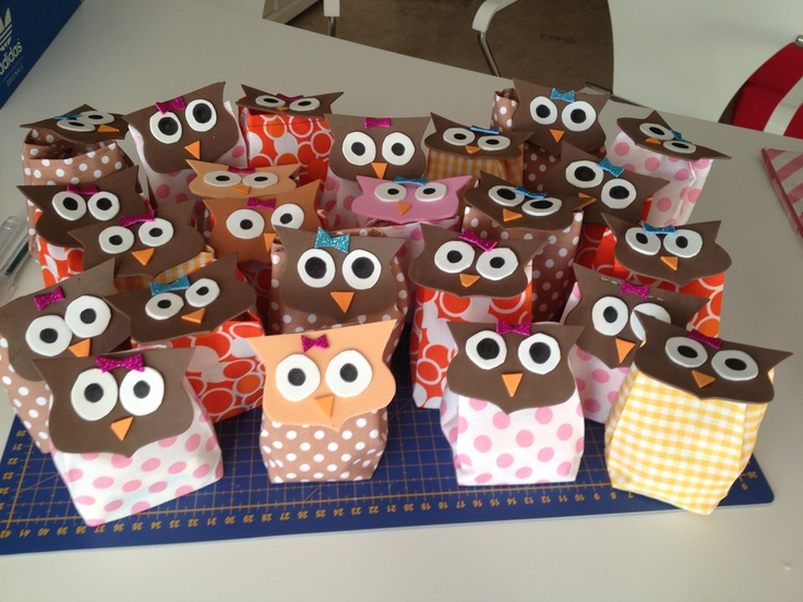 Regalos para cumpleaños. Bolsas de tela y cara de búho llenas de caramelos.