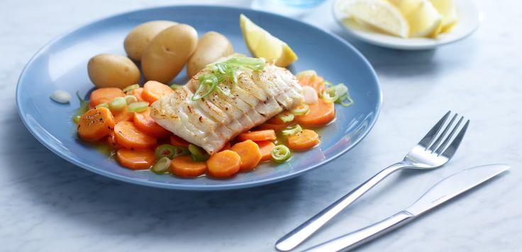 Stekt torsk med gulrøtter og poteter er en sunn og god hverdagsmiddag for hele familien. Retten er enkel og tar kort tid å lage.