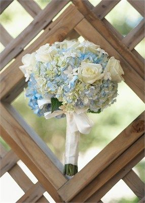 Gorgeous ivory flowers with a baby blue hint | Wedding flower inspiration repinned by Simon James Floral Design