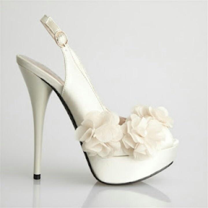 Zapatilla para novia flores de costado