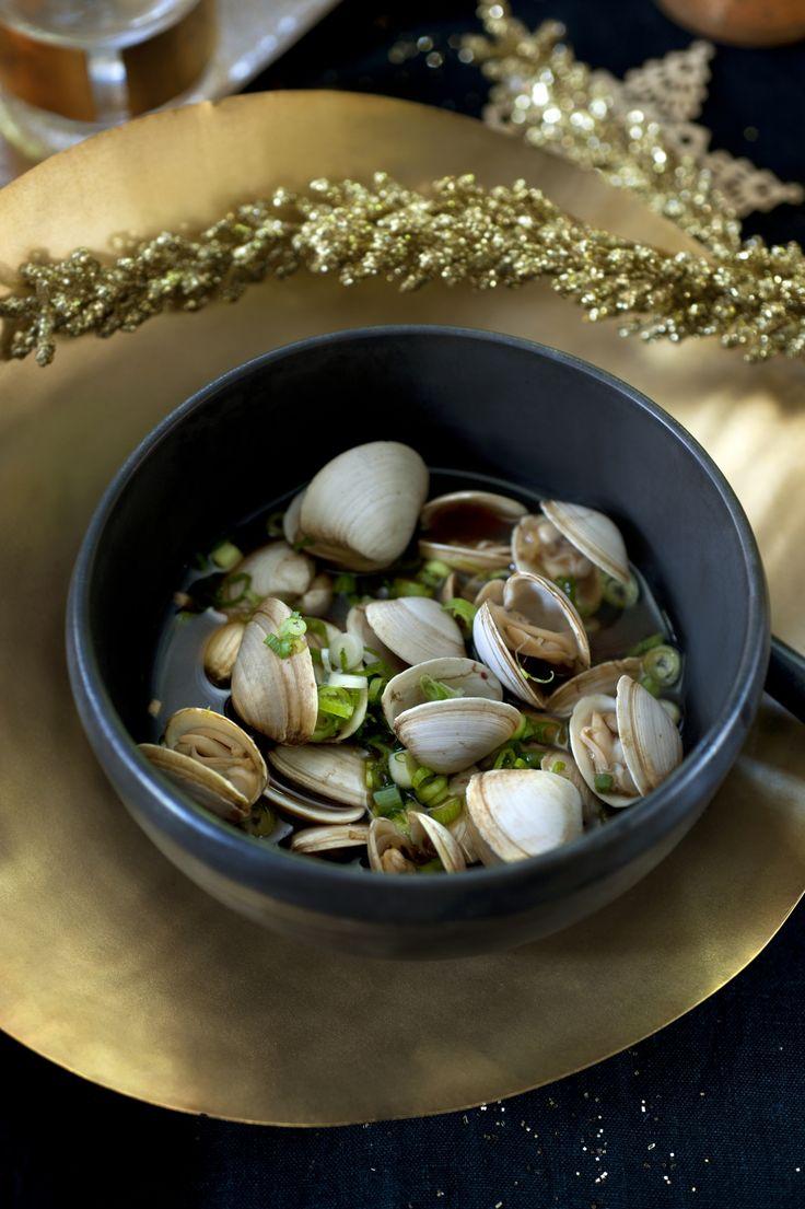 Recept van Pascale Naessens: venusschelpen in een soepje van sojasaus, gember en knoflook - Libelle Lekker