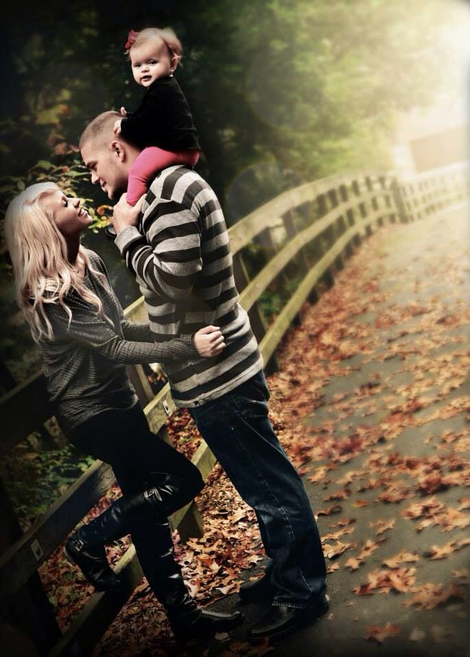 Best 25 family pictures outside ideas on pinterest for Fall family picture ideas outside
