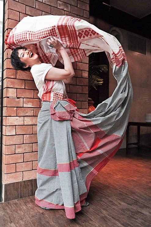 http://www.telegraphindia.com/1150911/jsp/t2/story_41832.jsp#.Vj8Q79IrLIX #sanjukta #gamchha #sari #swastikamukherjee #calcutta #drape #telegraph #telegrapht2