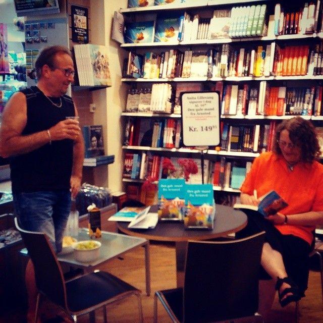 Anita Lillevang har været på farten hele dagen med oplæsning, interviews og nu en pause hos os, hvor hun signerer son bornholmerkrimi, ̶...