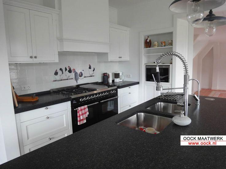 Maatwerk keuken landelijke uitvoering met eiland en wand mooi wit met donker granieten blad - Heel mooi ingerichte keuken ...