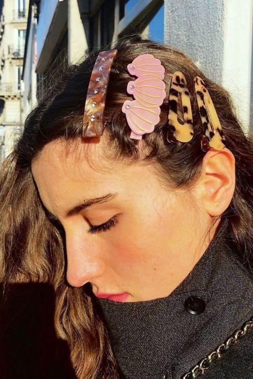 Haarschmuck 2019: Bloggerin trägt mehrere Clips #Haaraccessoires #Haaraccessoires #Für #Frauen