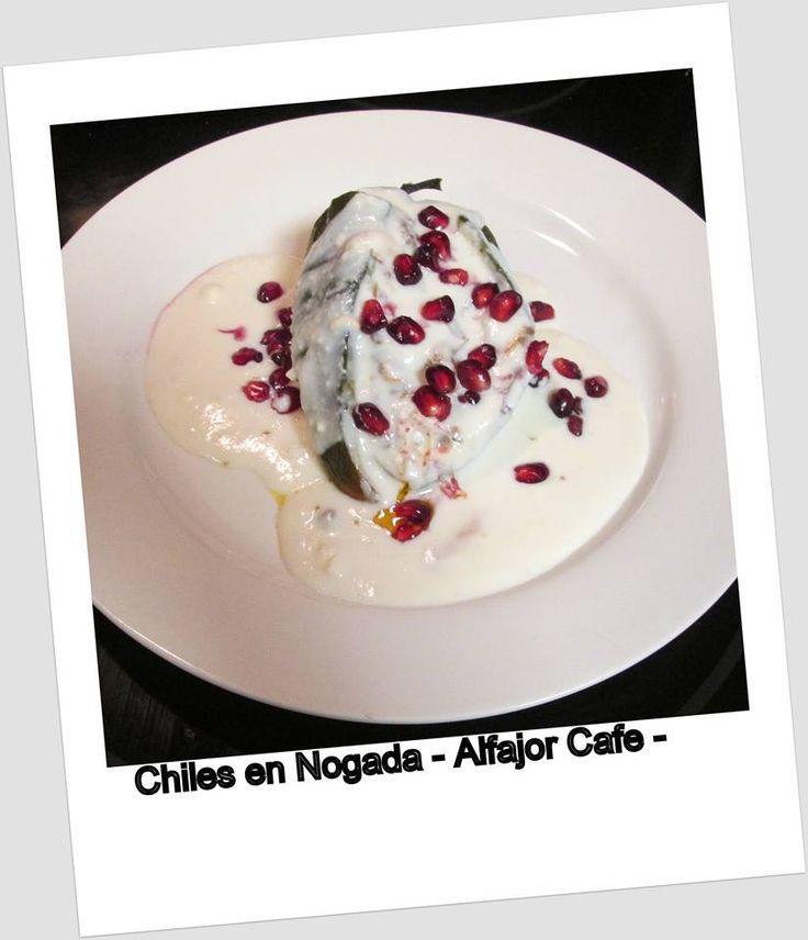 Chiles en Nogada,  chile poblano relleno de un guisado de picadillo y frutas, cubierto con crema de nuez, perejil y granada, con lo cual se simbolizan los tres colores de la bandera de México.