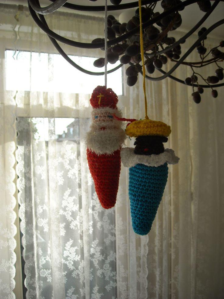 DOEN JULLIE MEE?   Zwarte Piet hanger haken.      Zwarte Piet.     Lijf: blauw katoen.   Haak 2 lossen, haak 6 vasten in de 2e losse vanaf d...