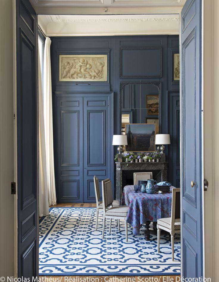 Une salle à manger bleu de chine - Un appartement entre esprit Grand Siècle et design des 70's - Elle Décoration
