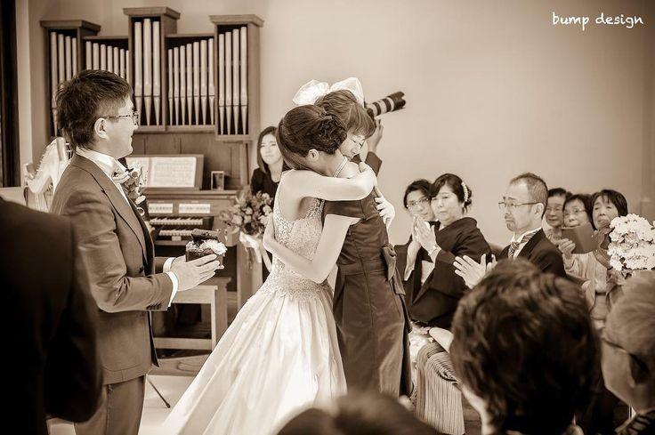 #リングレディ  リングピローを作ってくれたのは新婦様のご友人  おめでとうとありがとうの気持ちが溢れ2人想いを伝えあった瞬間  友情はいつまでたっても変わらない宝物  #結婚#結婚式#結婚写真#ブライダル#ウェディング#wedding#前撮り#ロケーション前撮り#ドレス#カメラマン#結婚式カメラマン#ブライダルカメラマン#写真家#結婚式準備#花嫁準備#花嫁#プレ花嫁#プロポーズ#名古屋結婚式#ウェディングドレス#バンプデザイン#bumpdesign#instagramwedding#instagramjapan#イトウスグル#IGersJP#写真好きな人と繋がりたい #ファインダー越しの私の世界#日本中のプレ花嫁さんと繋がりたい